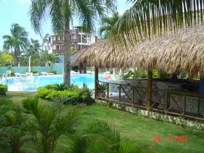 Las palmeras residence galer a de fotos boca chica for Bar piscina lago jardin 1